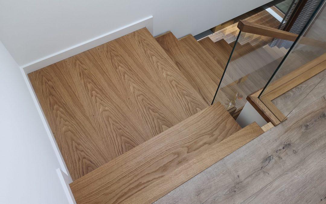 Schody dywanowe, półkowe, skrzynkowe – minimalizm i prostota